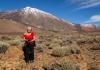 Agneta framför vulkanlandskapet med Teide i bakgrunden